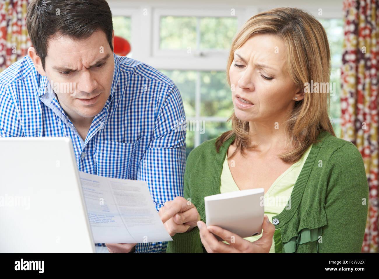 Young Couple discuter finances domestiques à la maison Banque D'Images