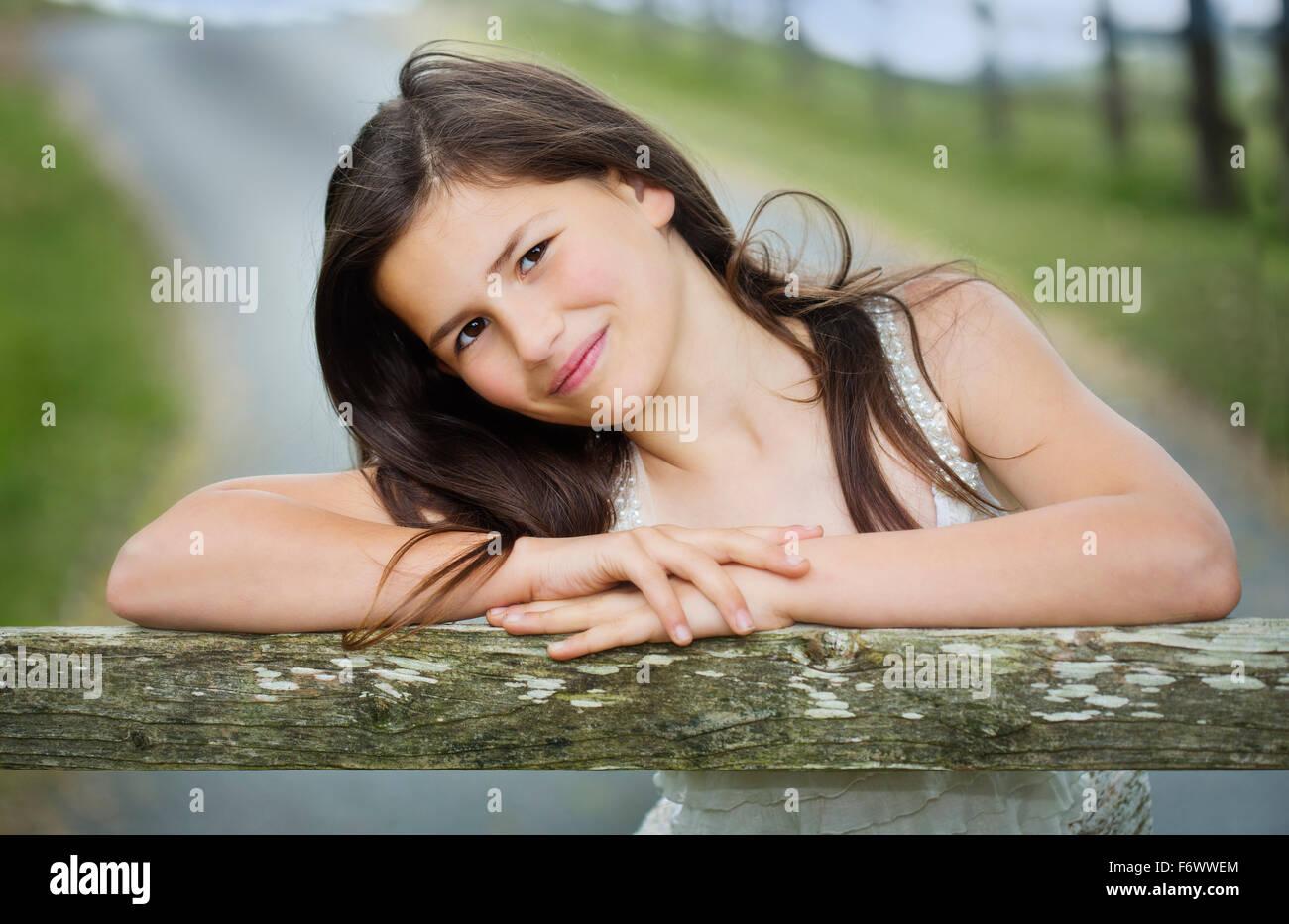 Une Belle Jeune Fille De La Campagne S Appuyant Sur Une Ferme Photo Stock Alamy
