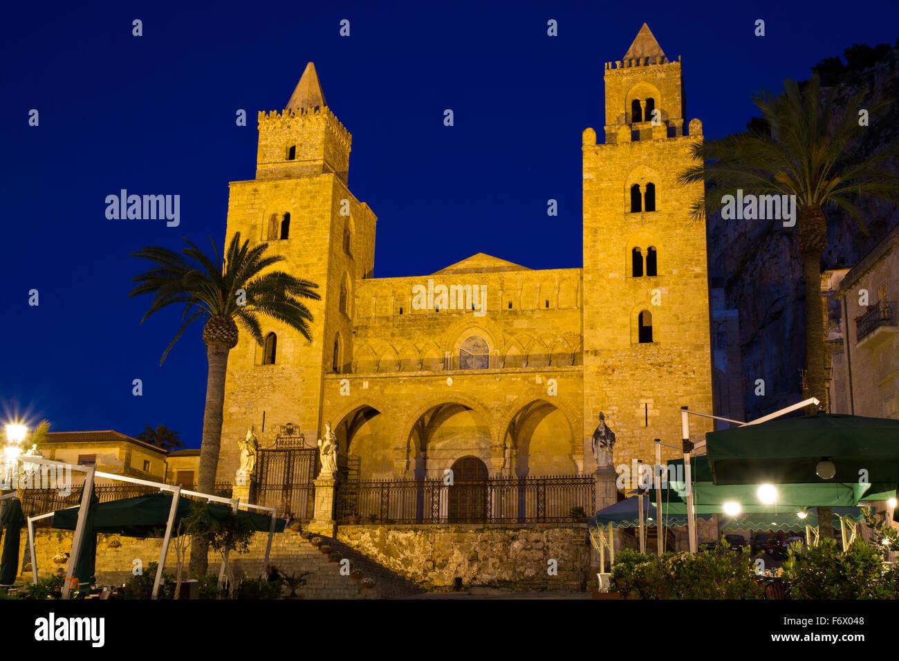 Cathédrale de Cefalu au crépuscule, Siciliy, Italie Photo Stock