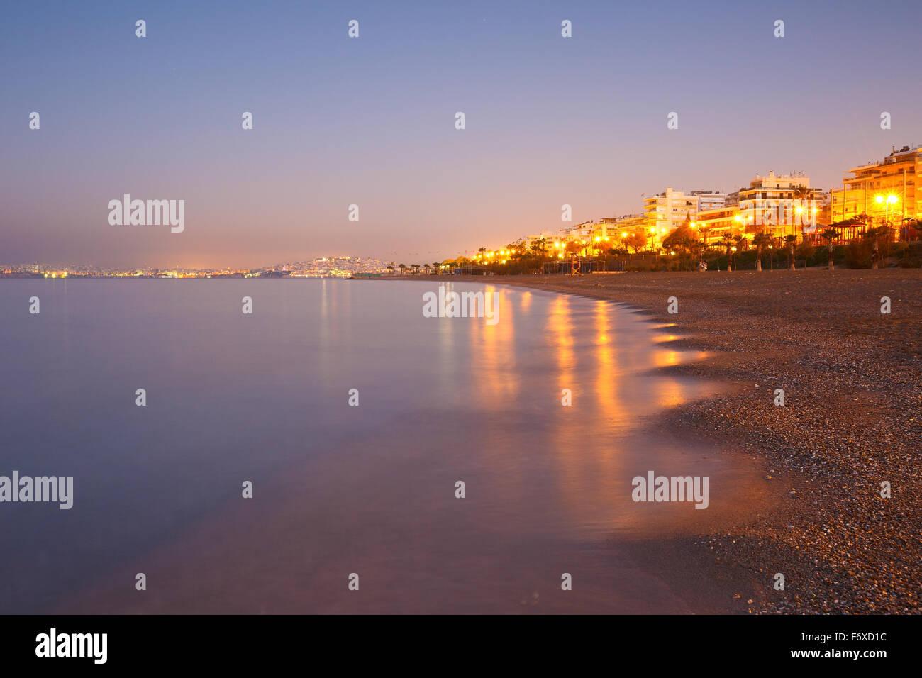 Plage de Palaio Faliro et le front de mer d'Athènes, Grèce. Photo Stock