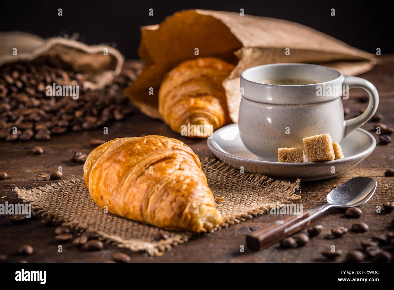Concept de petit-déjeuner: café et croissant Photo Stock