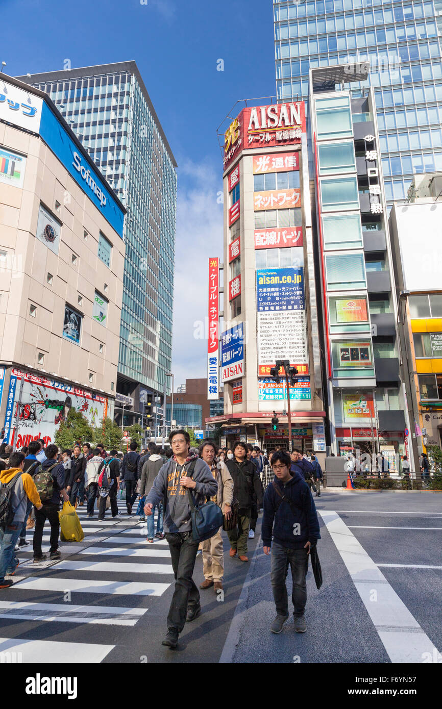 Occupé dans la rue high-tech district Akihabara à Tokyo au Japon Photo Stock