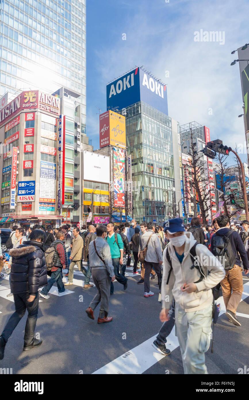 Occupé dans la rue high-tech district Akihabara à Tokyo au Japon Photo Stock