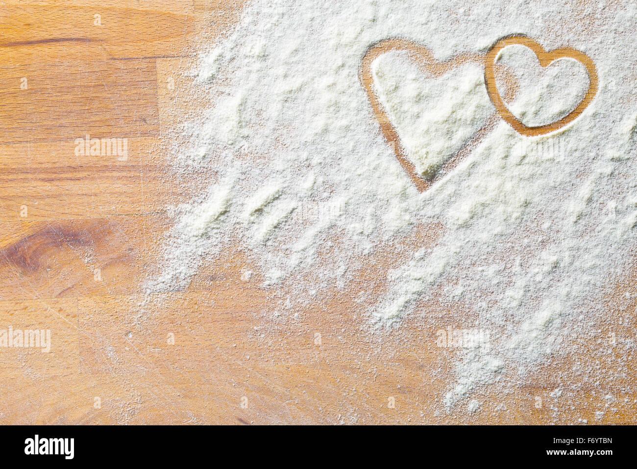 Coeur de farine sur une table en bois Photo Stock