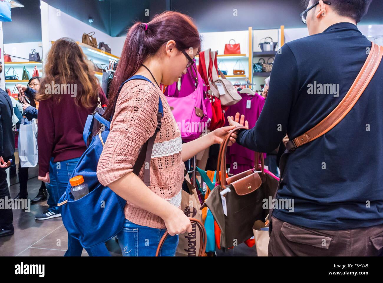 Acheteur Outlet Centre Femme Chinoise Le Dans Mall La France Paris Shopping Luxe PwEqz8x