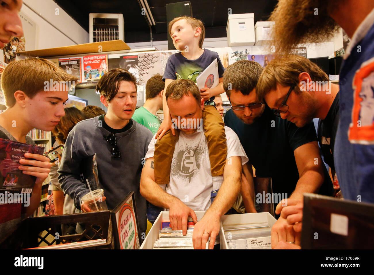 Les acheteurs de disque de vinyle pour Record Store day pack 2015 magasin de disques appartenant à des dossiers Photo Stock