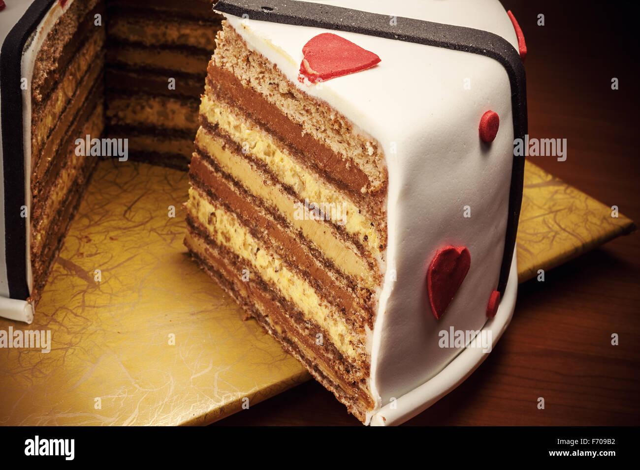 Décoration gâteau anniversaire avec coeur rouge et noir des rubans. Photo Stock
