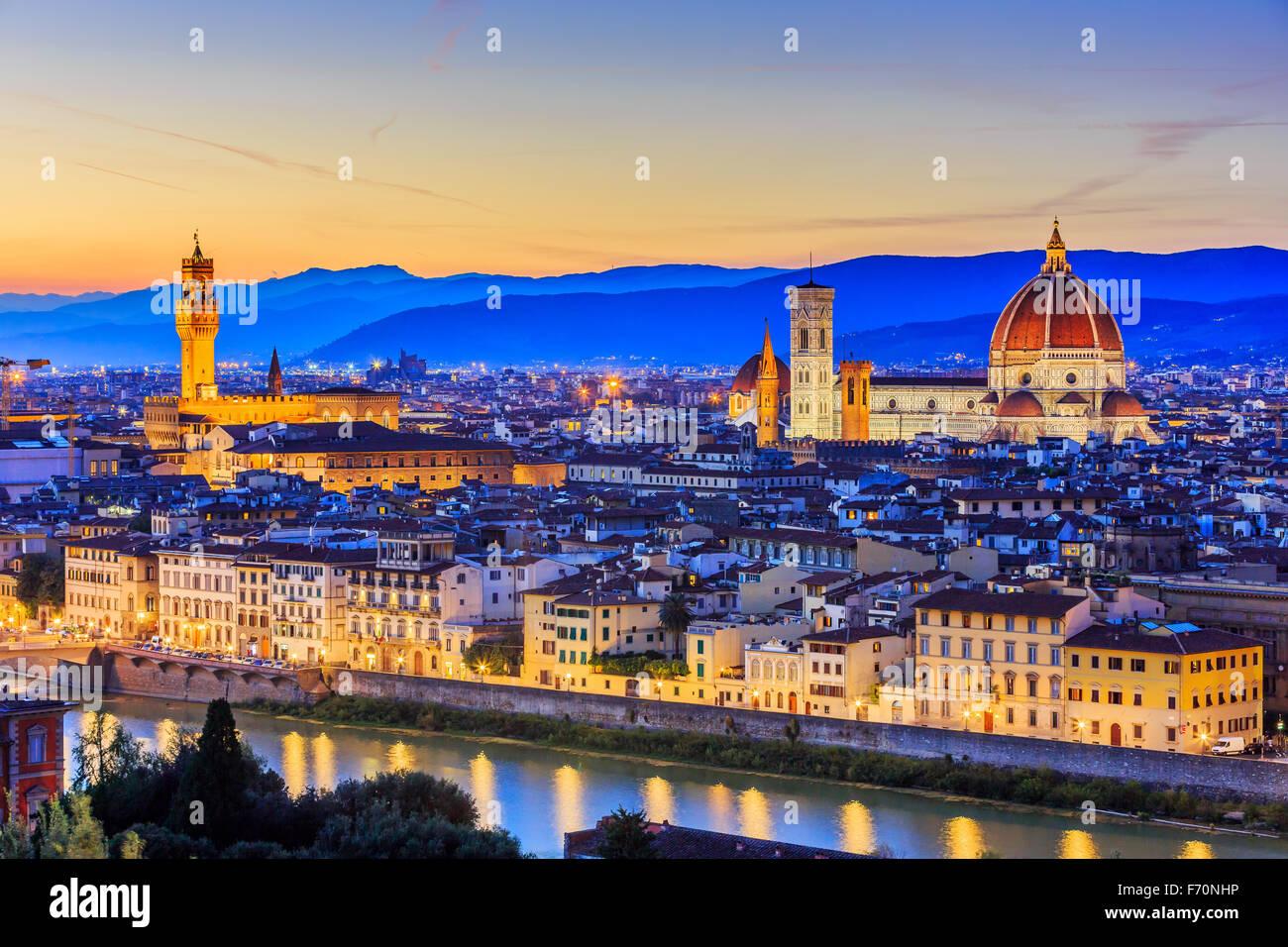 La Cathédrale et la coupole de Brunelleschi au coucher du soleil. Florence, Italie Photo Stock