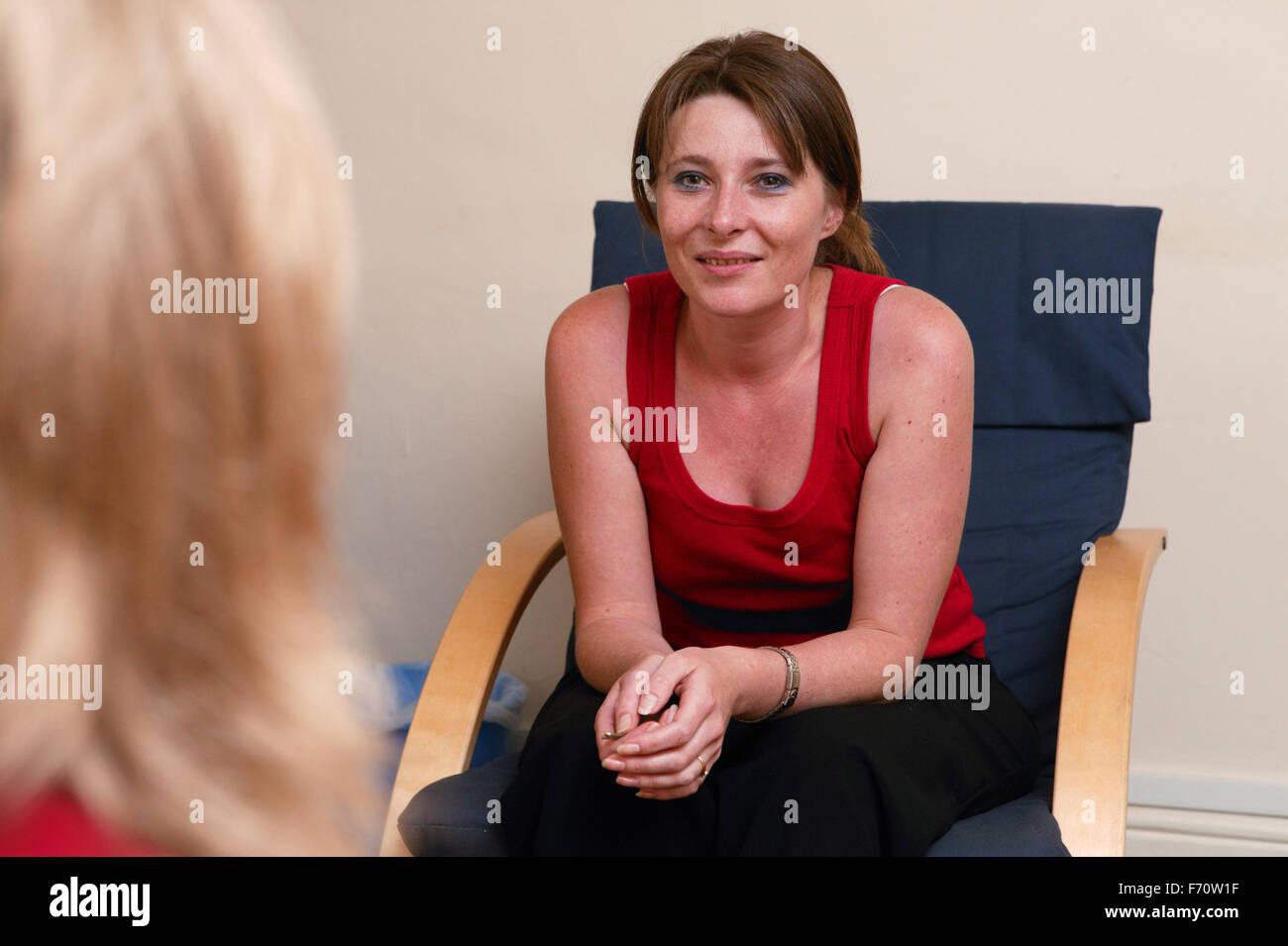 Jeune femme de l'utilisateur de services de counseling dans un service du logement, Photo Stock