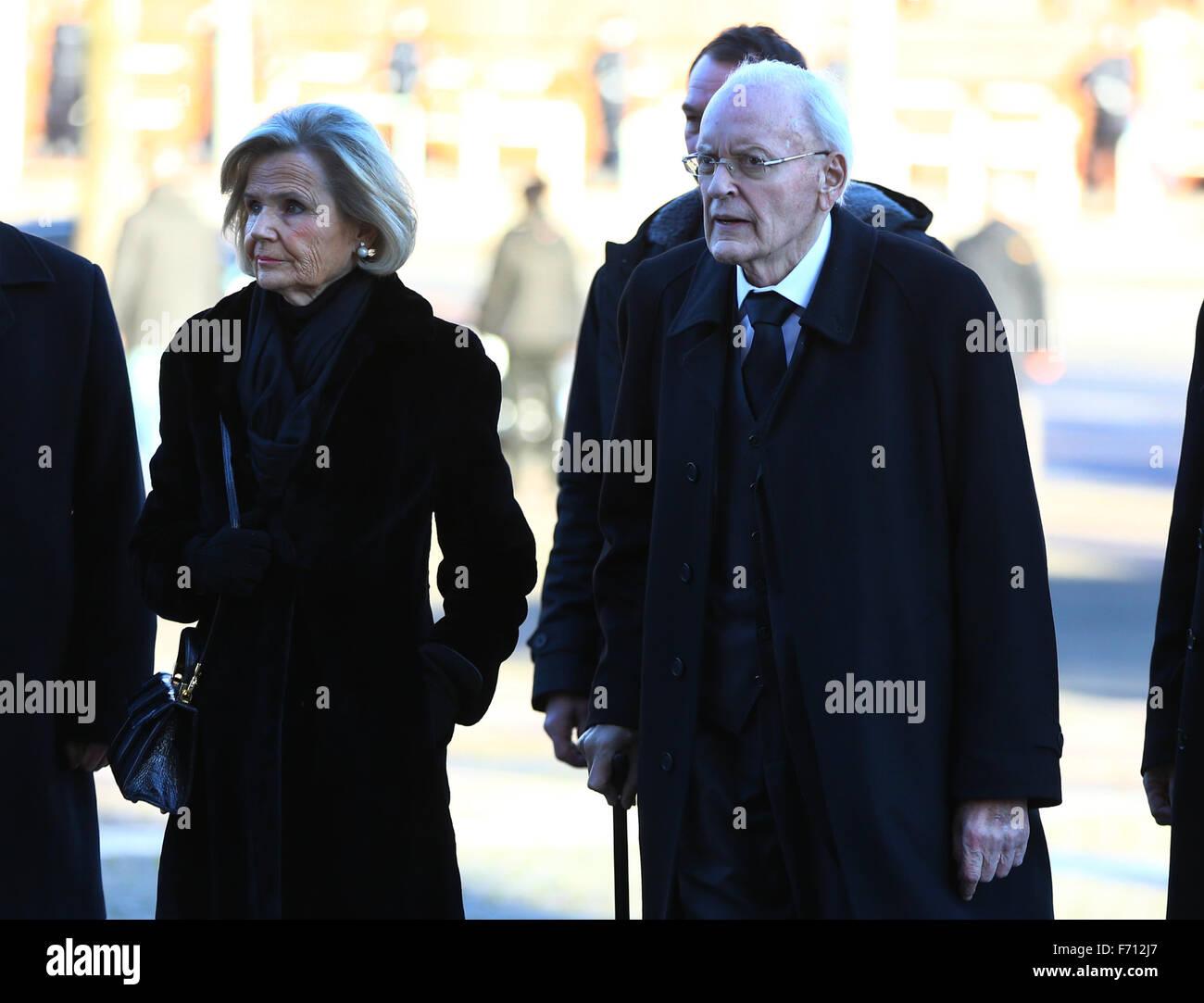 Hambourg, Allemagne. 23 Nov, 2015. L'ancien président allemand Roman Herzog et femme Alexandra Freifrau arriver aux funérailles d'état pour l'ancien chancelier allemand Helmut Schmidt dans l'église paroissiale Saint Michel à Hambourg, Allemagne, 23 novembre 2015. L'ancien chancelier est mort à 96 à Hambourg. Photo: JENS BUETTNER/DPA/Alamy Live News Banque D'Images