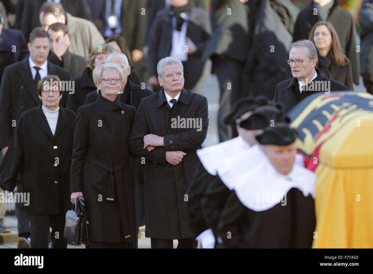 Hambourg, Allemagne. 23 Nov, 2015. Un cercueil recouvert du drapeau est mis hors de l'église aux funérailles d'état pour l'ancien chancelier allemand Helmut Schmidt (SPD) dans l'église paroissiale Saint Michel à Hambourg, Allemagne, 23 novembre 2015. Derrière le cercueil est le président allemand Joachim Gauck, Schmidt-Kennedy avec Susanne Ruth Loah gauche. L'ancien chancelier est mort à 96 à Hambourg. Photo:AXEL HEIMKEN/DPA/Alamy Live News Banque D'Images