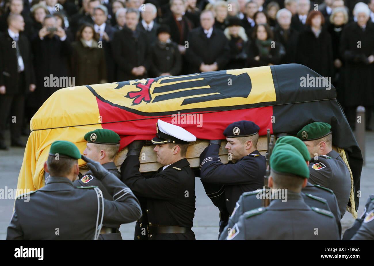 Hambourg, Allemagne. 23 Nov, 2015. Un cercueil recouvert du drapeau est mis hors de l'église aux funérailles d'état pour l'ancien chancelier allemand Helmut Schmidt (SPD) dans l'église paroissiale Saint Michel à Hambourg, Allemagne, 23 novembre 2015. L'ancien chancelier est mort à 96 à Hambourg. Photo:AXEL HEIMKEN/DPA/Alamy Live News Banque D'Images