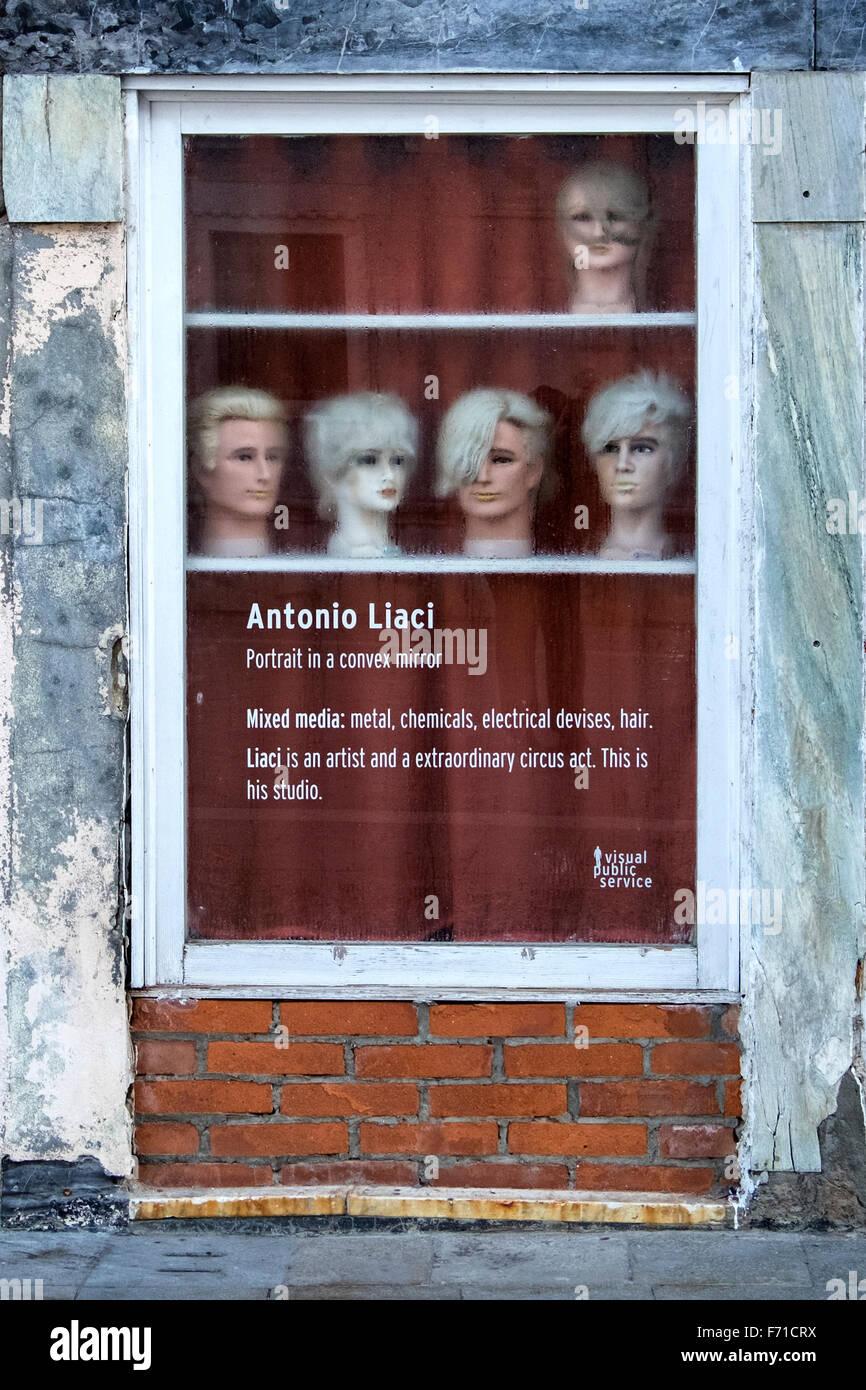 Venise, Italie. Le studio de l'artiste Antonio Lucia fenêtre - tête avec perruques Photo Stock