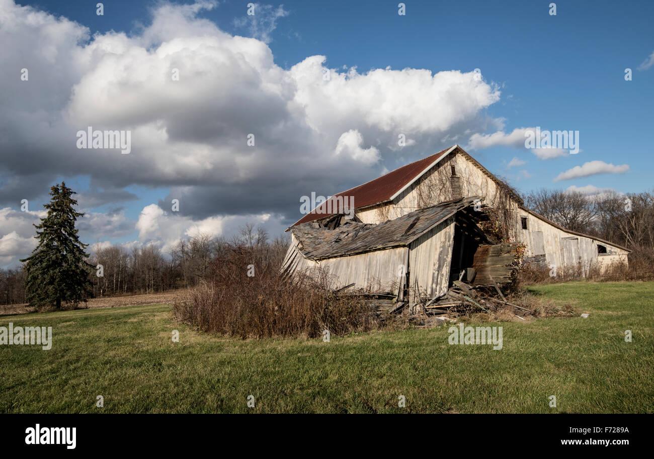 Abandonner la vieille grange avec ciel bleu et nuages Photo Stock