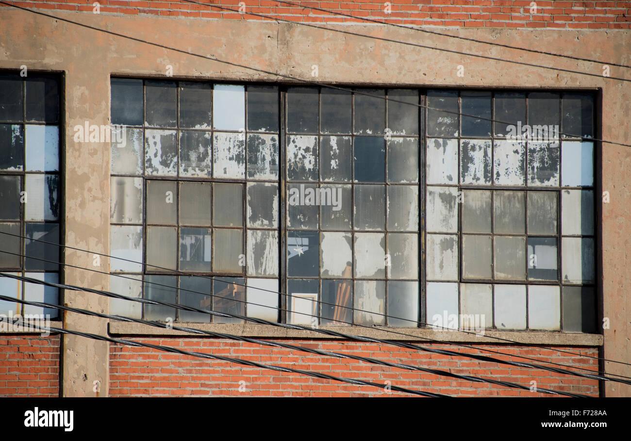 Windows dans le vieux bâtiment en brique abandonner Photo Stock