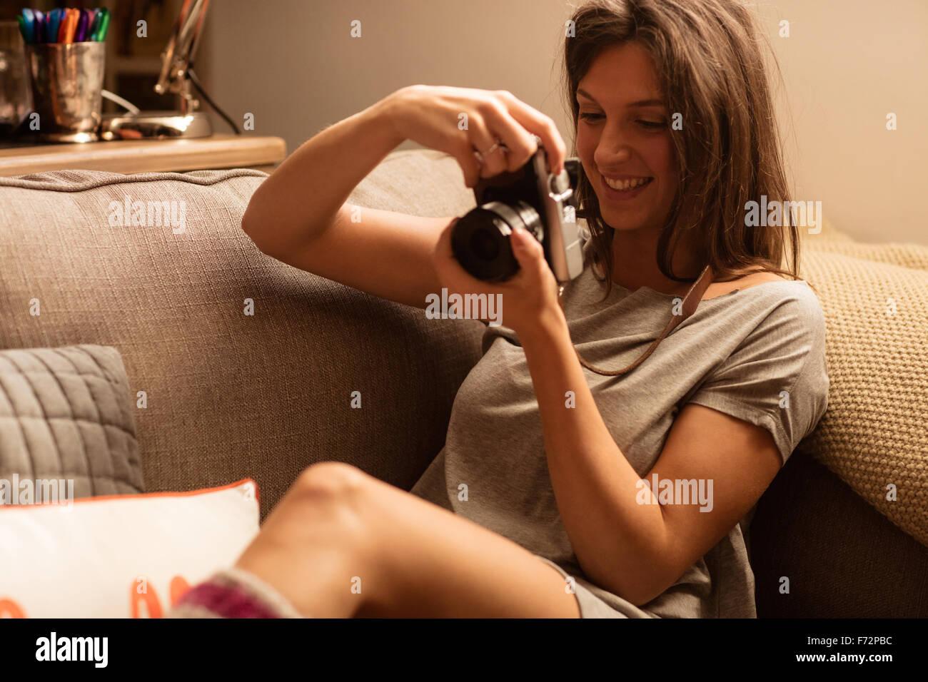 Femme à prendre des photos avec l'appareil photo Photo Stock