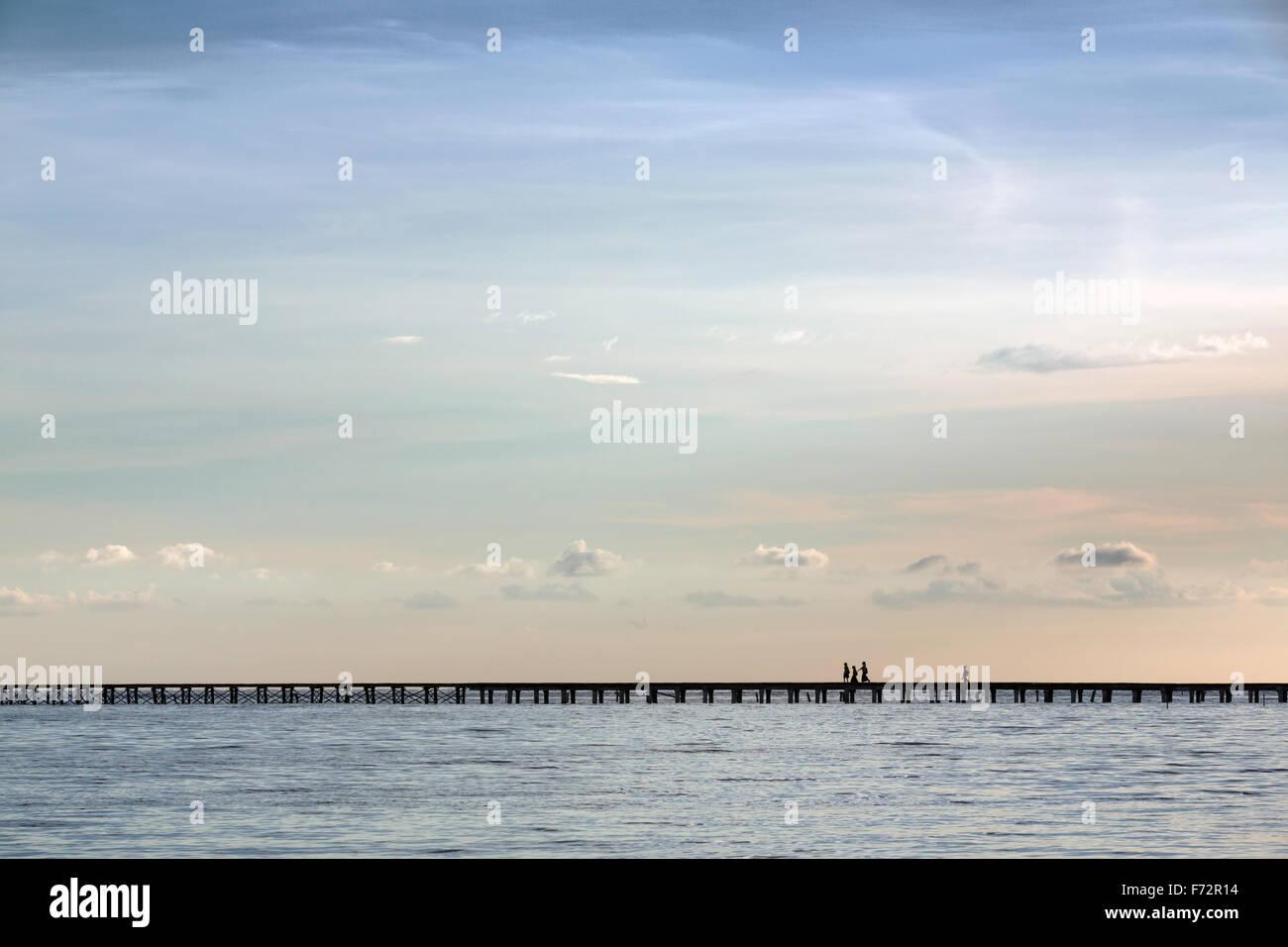 Panorama de l'indigenousness les gens de l'Est (sur le village des îles Togian traversant le pont vers Photo Stock