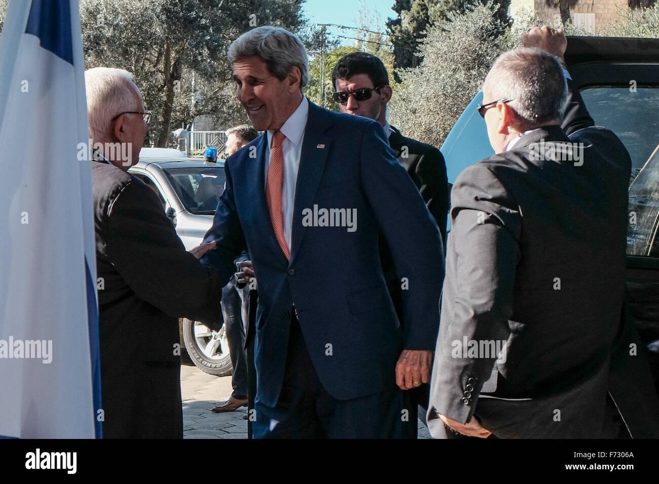 En Cisjordanie, Israël. 24 Nov, 2015. Président de l'état d'Israël, Reuven Rivlin, se félicite de la secrétaire d'État des États-Unis, John Kerry, à la résidence du Président. Kerry secrétaire a fait une série de pourparlers au Moyen-Orient rencontre avec les dirigeants israéliens et palestiniens pour discuter des mesures pour réduire l'actuelle vague de violence balayer Israël et la Cisjordanie. Credit: Alon Nir/Alamy Live News Banque D'Images