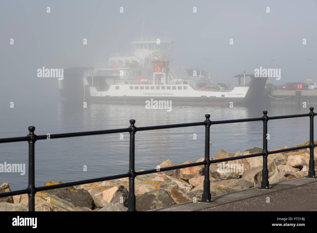 Caledonian MacBrayne Ferries se lie dans le port de Largs sur le Firth de Clyde dans le nord de l'Ayrshire à cause du brouillard, au Royaume-Uni Banque D'Images
