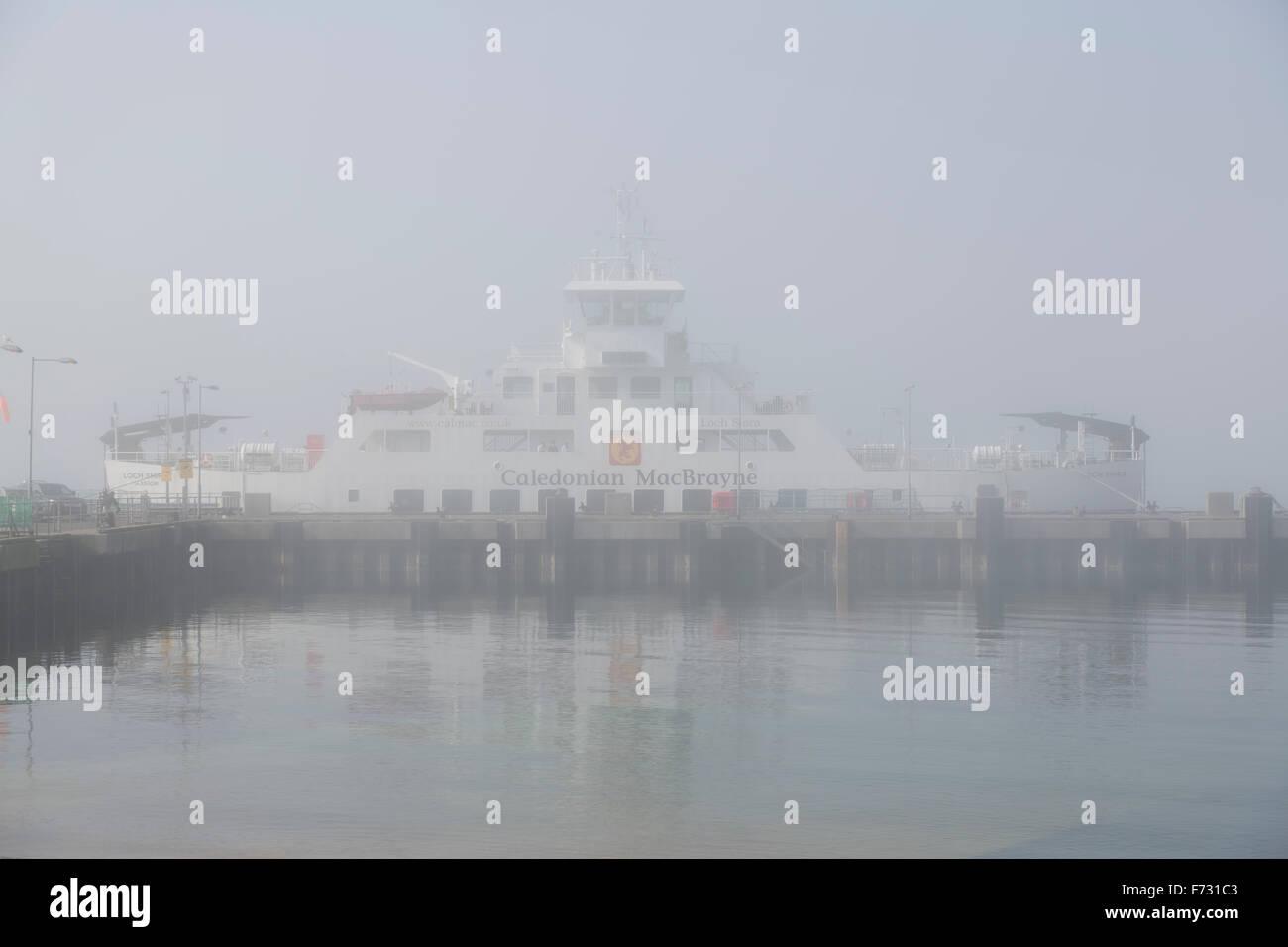 Caledonian MacBrayne Ferry a été arrimée dans le port de Largs, sur le Firth de Clyde, dans le nord de l'Ayrshire, à cause du brouillard, au Royaume-Uni Banque D'Images