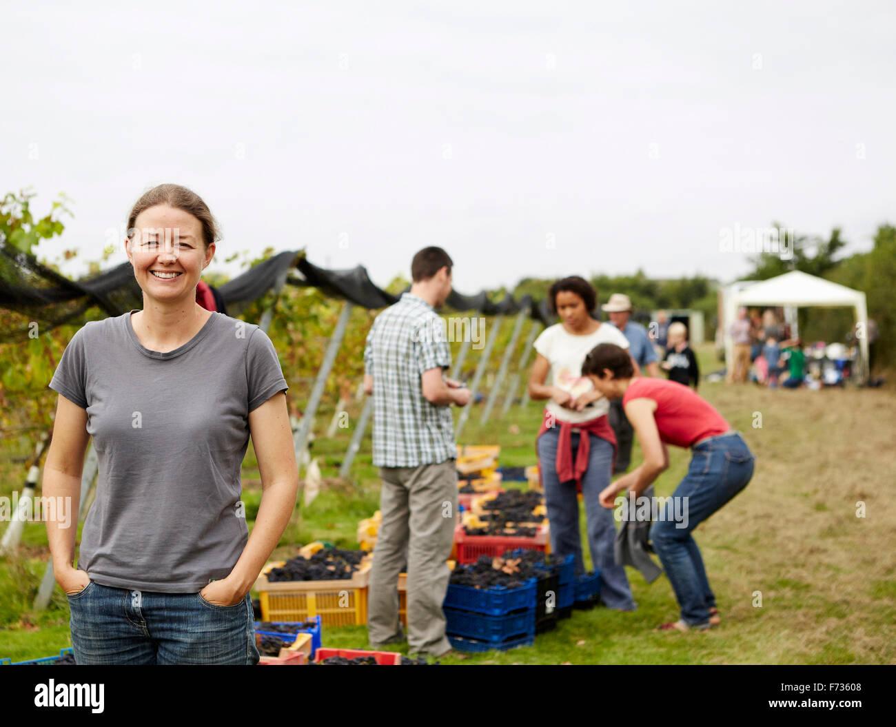 Un groupe de jeunes gens, vendangeurs, famille et le fondateur du vignoble célébrant la fin de la cueillette. Photo Stock