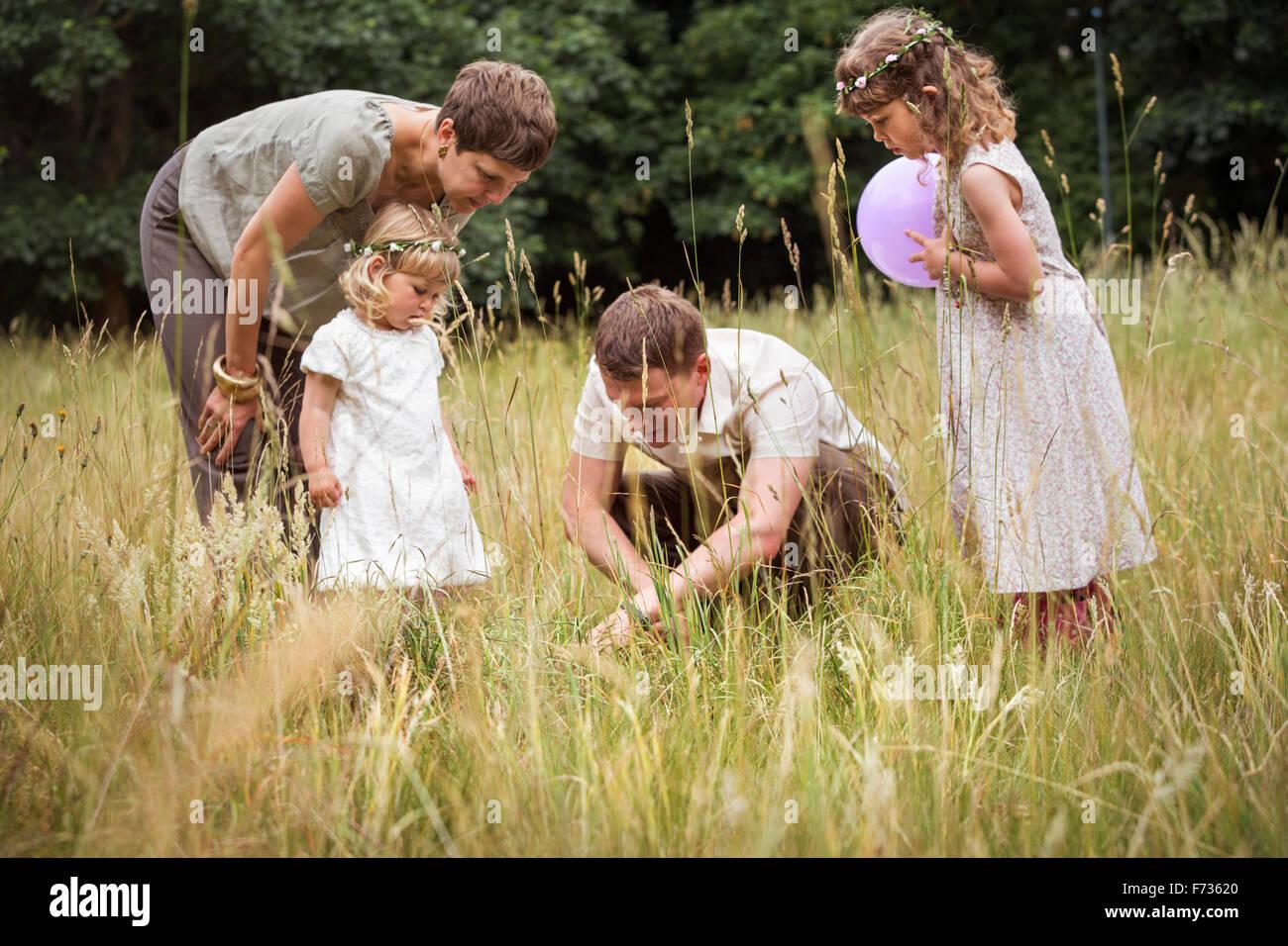 Famille avec deux enfants qui jouent dans un pré. Photo Stock