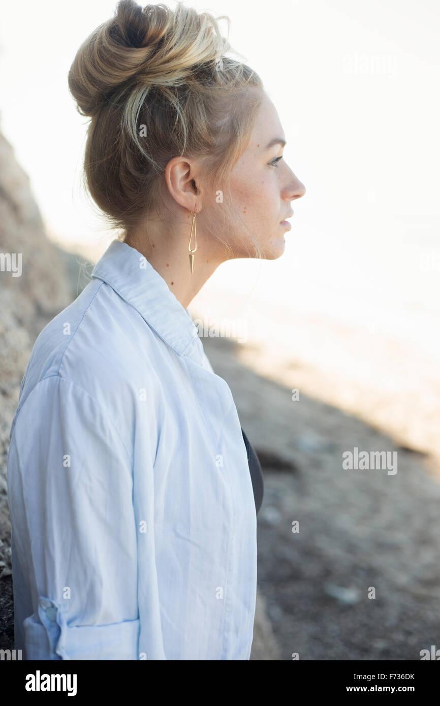 Portrait de profil d'une femme blonde avec un chignon de cheveux. Photo Stock