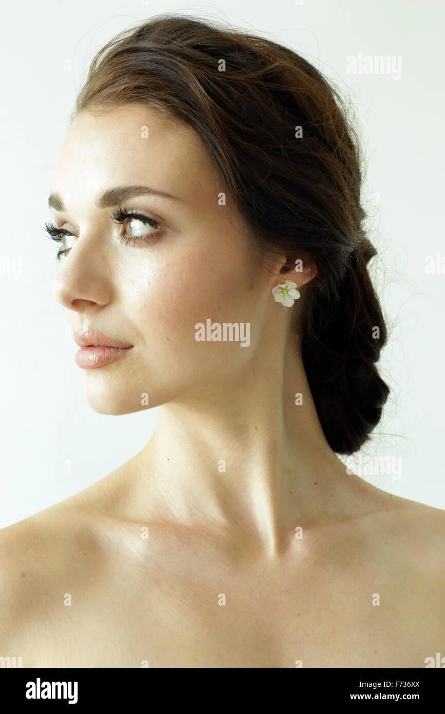 Portrait d'une femme avec les cheveux bruns attachés en un élégant chignon. Photo Stock
