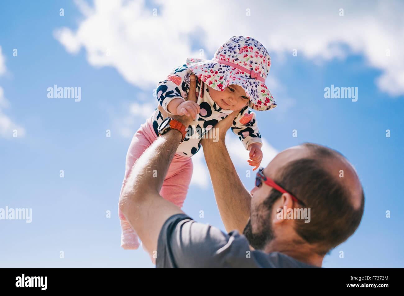 Un bébé couché sur le tapis en peau de mouton, des coups de pattes. Photo Stock