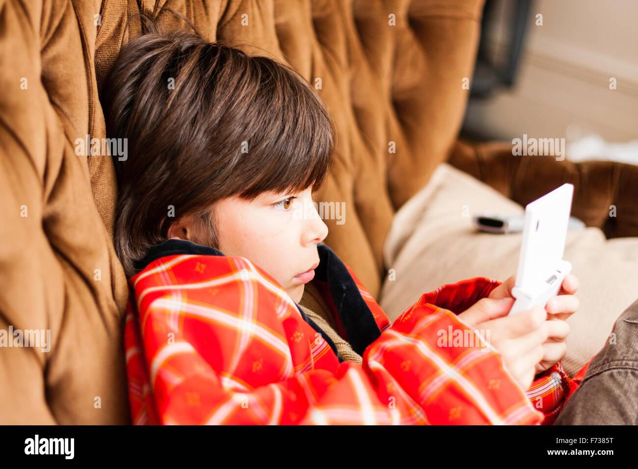 Portrait enfant mâle japonais, garçon, 9-10 ans, jouant simplement éludée console de jeux Nintendo Photo Stock