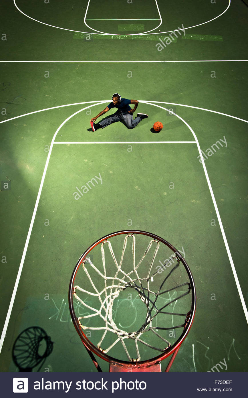 Un joueur de basket-ball s'étend avant un match. Photo Stock