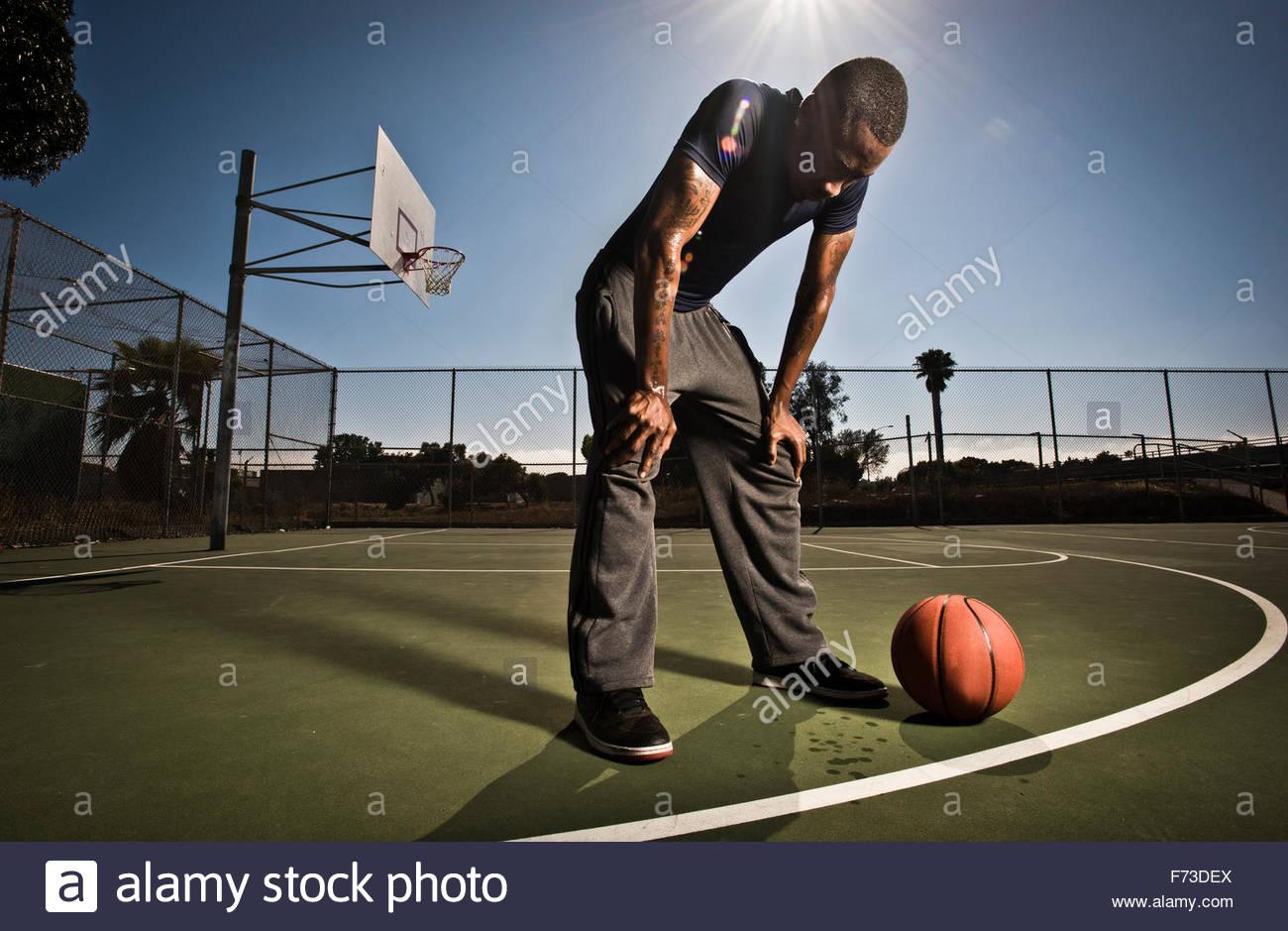 Un joueur de basket-ball prend une pause du jeu. Photo Stock