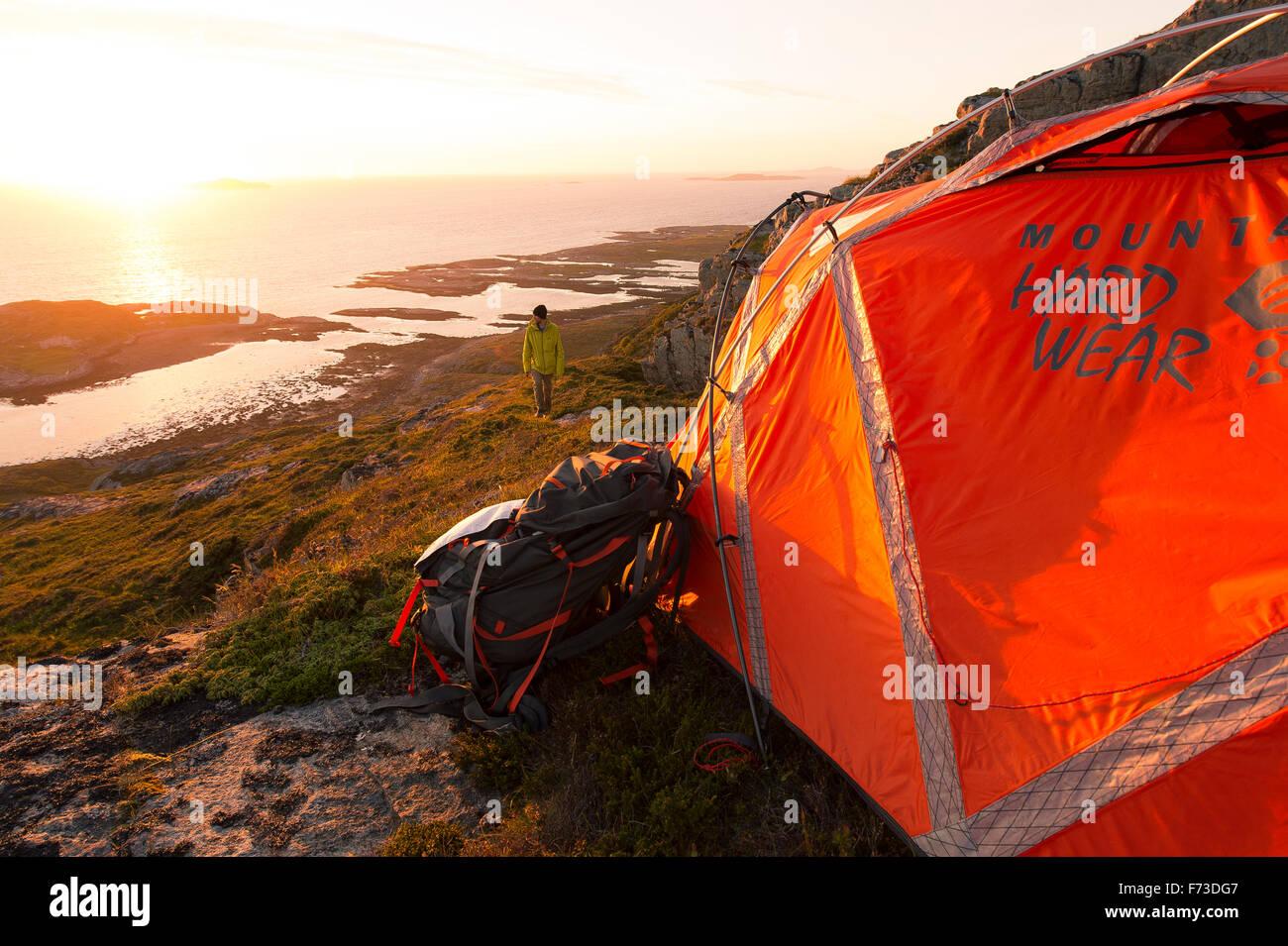 Camping pendant le soleil de minuit Photo Stock