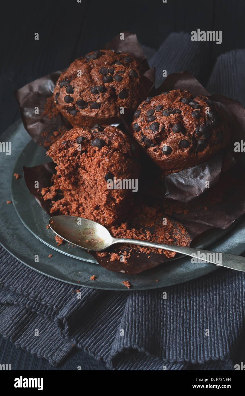Muffins aux pépites de chocolat double pâtisserie pour le petit-déjeuner Photo Stock