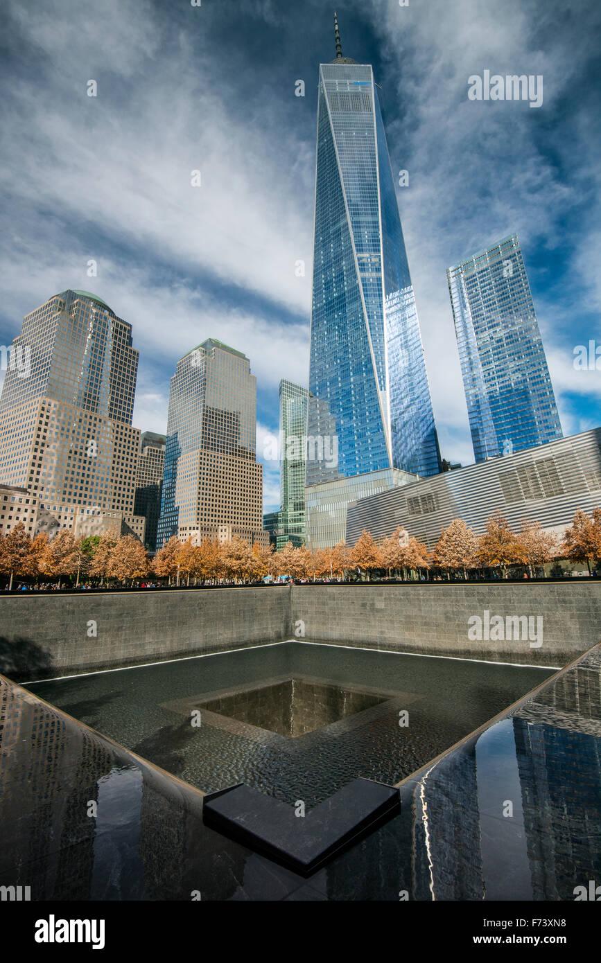 Le sud du bassin de 11 septembre National Memorial & Museum avec One World Trade Center derrière, Lower Photo Stock