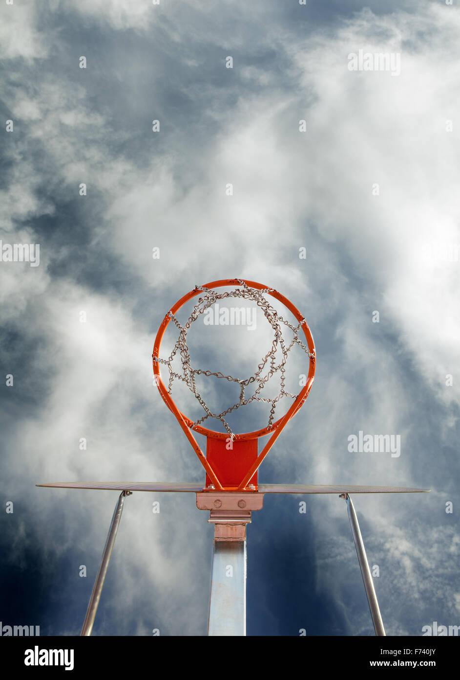 Image abstraite de basket-ball but contre le ciel Photo Stock