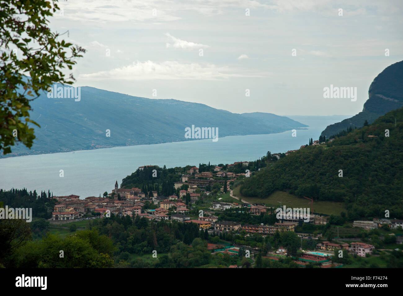 Lago di Garda, vue de l'ouest vers le sud-est du village de Pieve et Monte Baldo- Italie Banque D'Images
