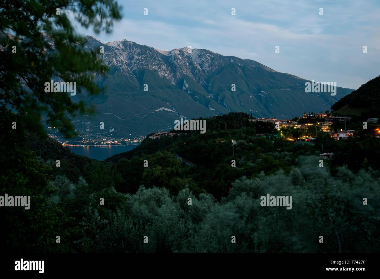 Nuit sur le Lago di Garda Tremosine, Vue du village de Pieve et Monte Baldo- Italie Banque D'Images