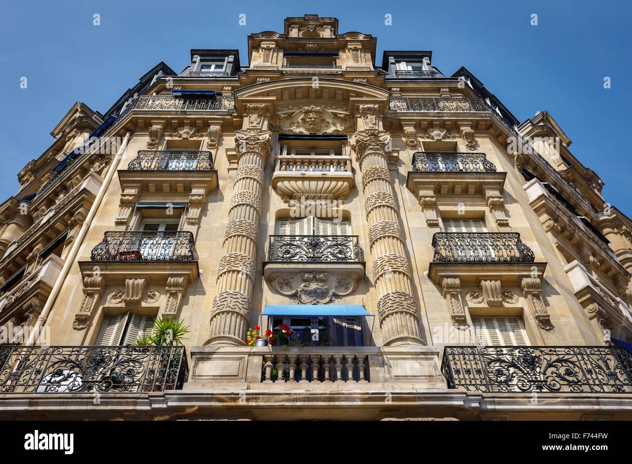 Paris: l'architecture façade haussmannienne et ornements dans le 12e arrondissement, rive droite Photo Stock