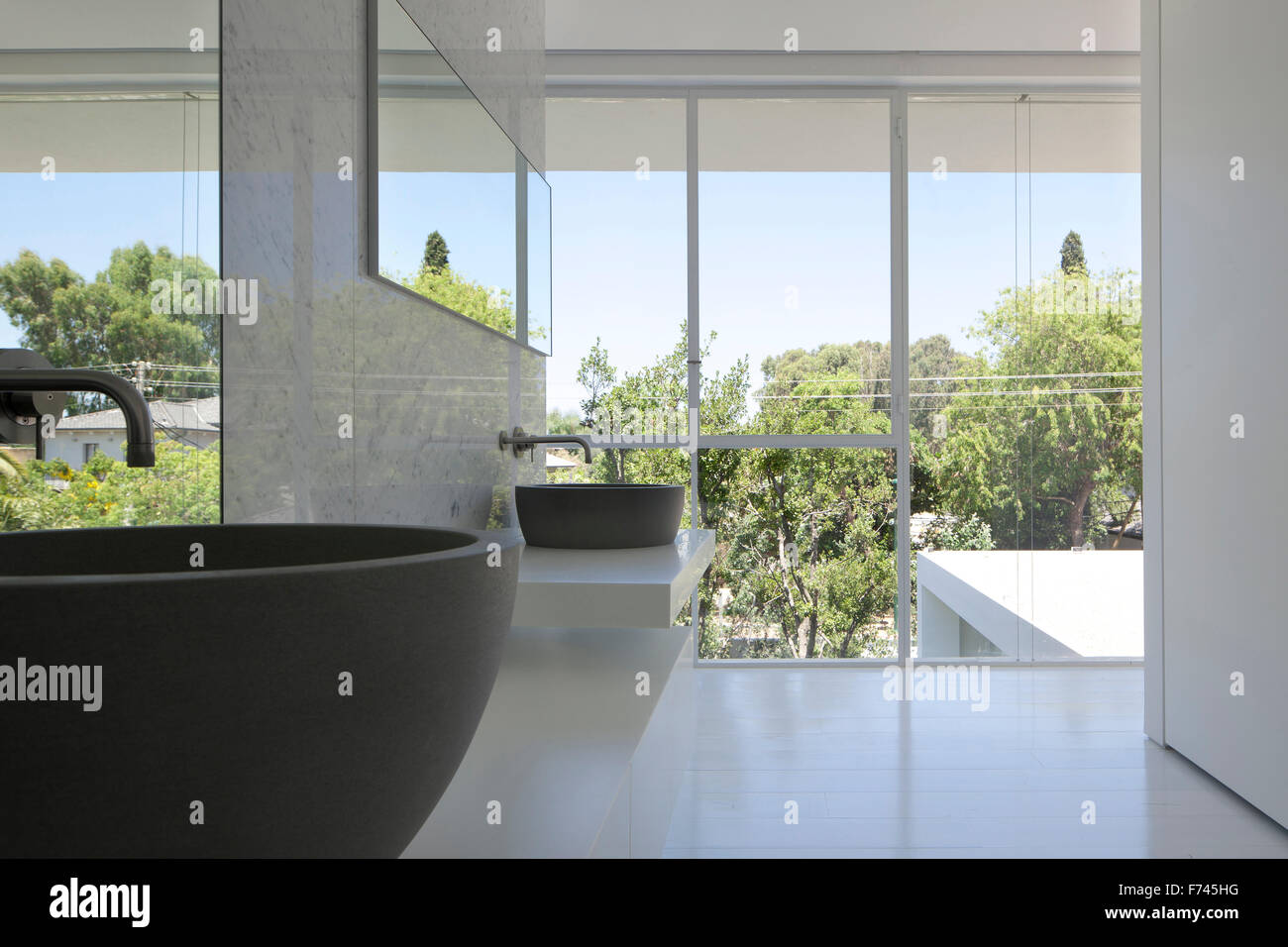 Deux vasques à fenêtre dans la maison blanche moderne, Israël, Moyen ...