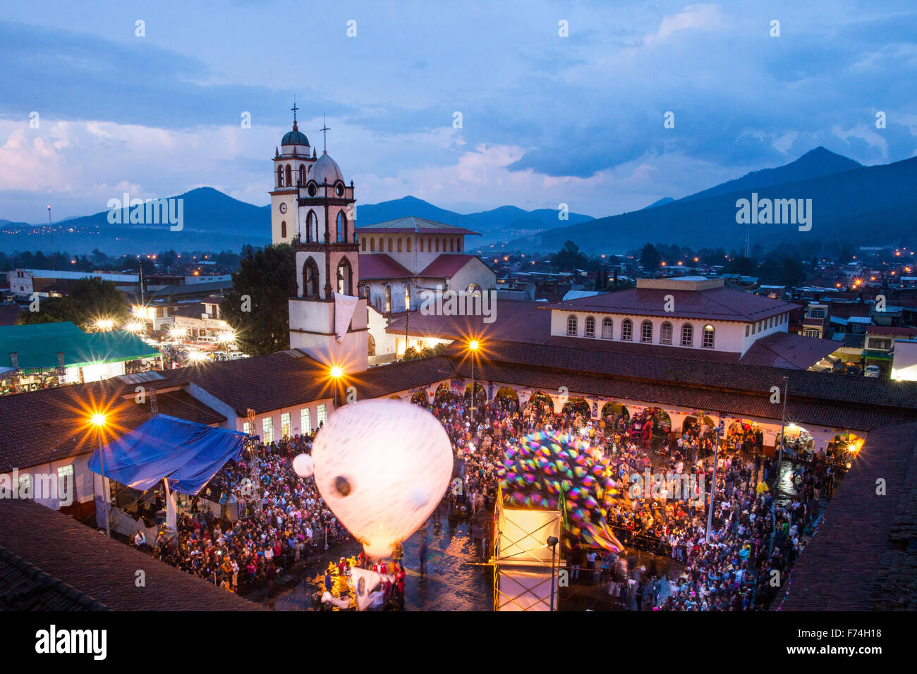 La plaza de paracho, Michoacan, Mexique rempli de spectateurs et de grandes lanternes de ciel au cours de l'cantoya Photo Stock