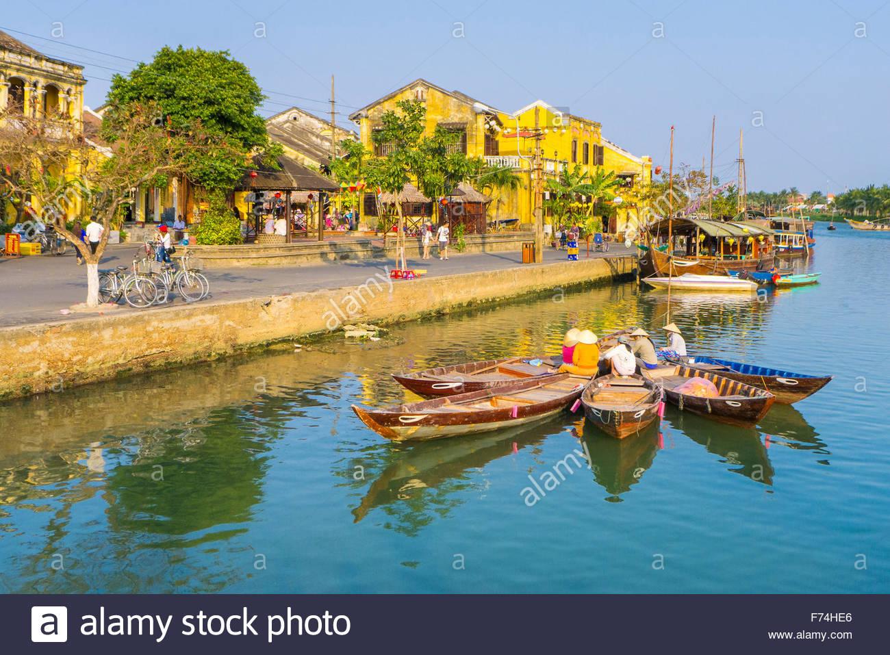 Des bateaux et des maisons sur la rivière Thu Bon dans l'ancienne ville de Hoi An, Quang Nam Province, Photo Stock