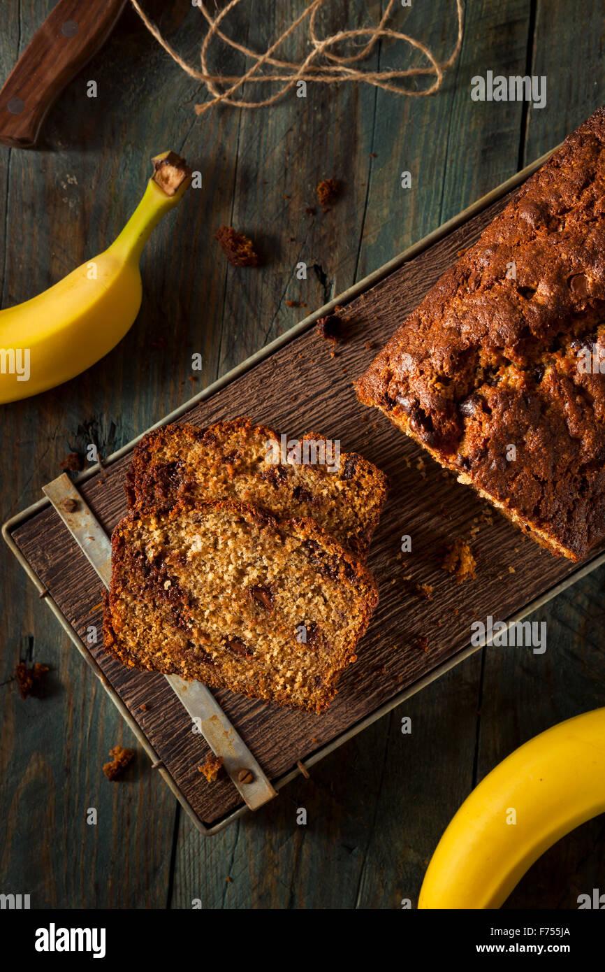Pain aux bananes et aux grains de chocolat fait maison couper en tranches Banque D'Images