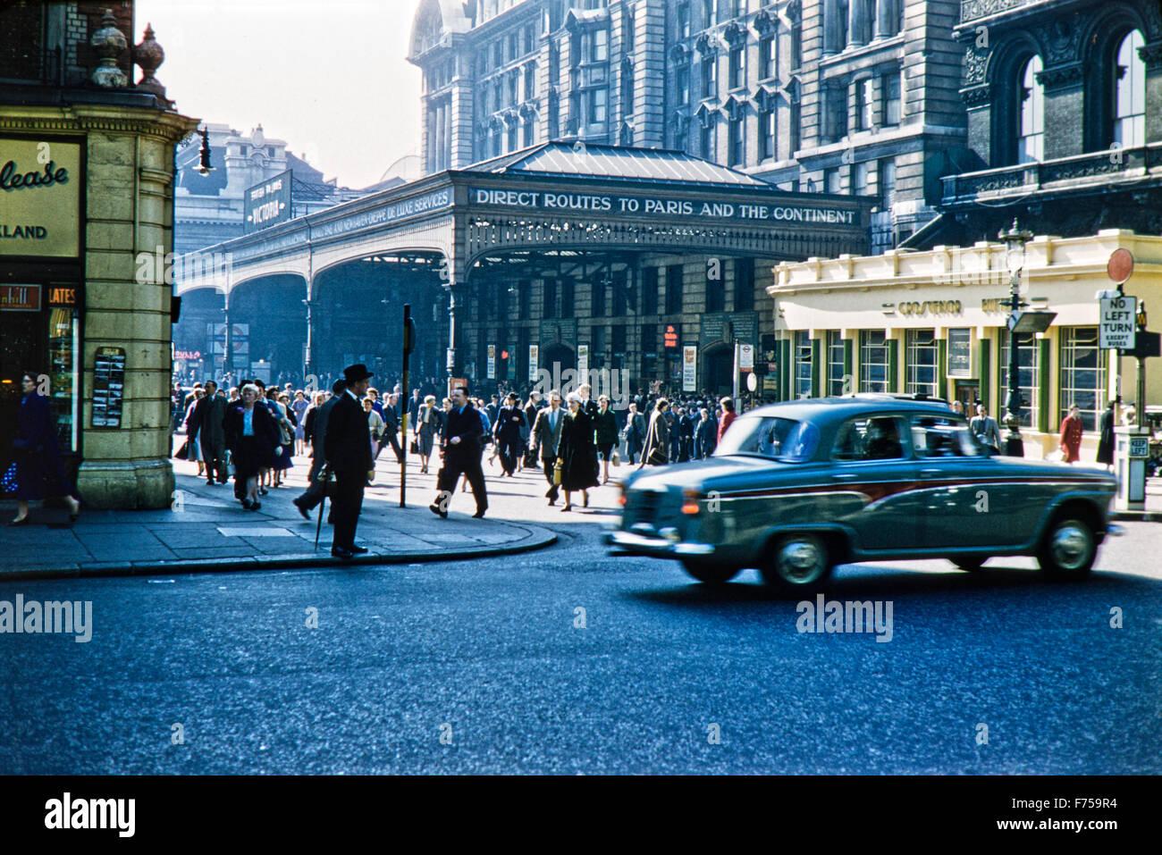 Un rare regarder en arrière en 1950 Londres comme Austin Westminster de batteur 6 passé une longue Victoria Photo Stock