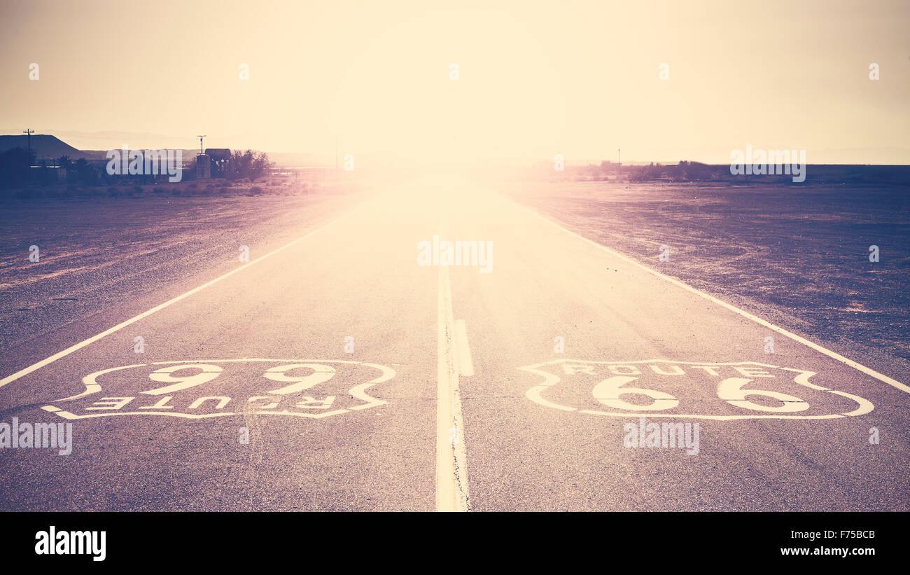 Vieux film retro tonique coucher de soleil sur la Route 66, en Californie, aux États-Unis. Photo Stock