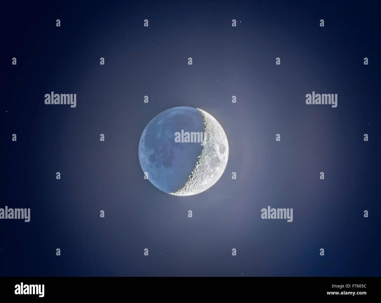 Les 5 jours, lune croissante, avec lumière cendrée sur le côté sombre. Une dynamique élevée Photo Stock