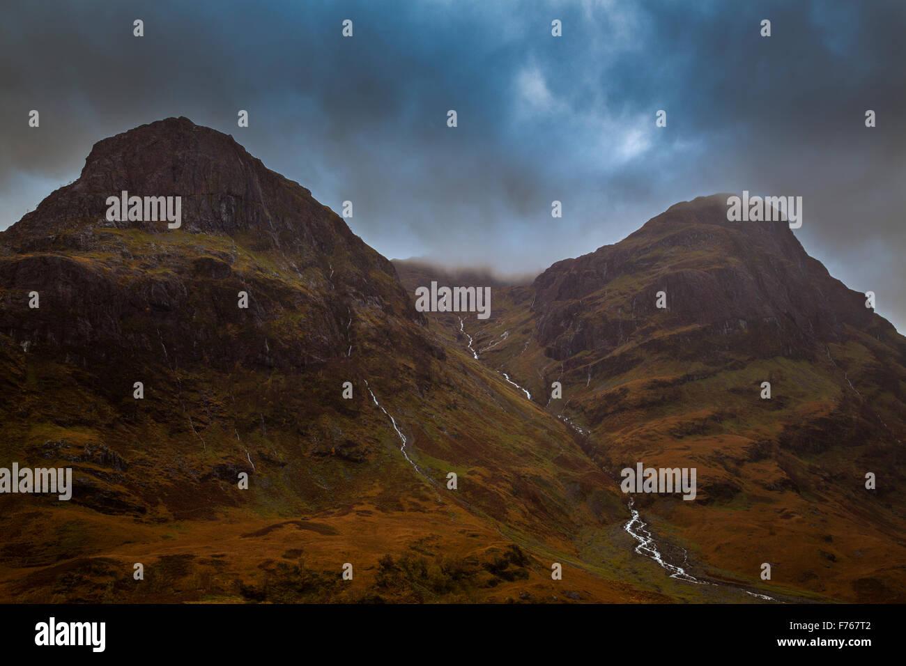 Cascades de Glen Etive dans couleurs d'automne sous faible nuage noir, Argyll and Bute, Ecosse Photo Stock