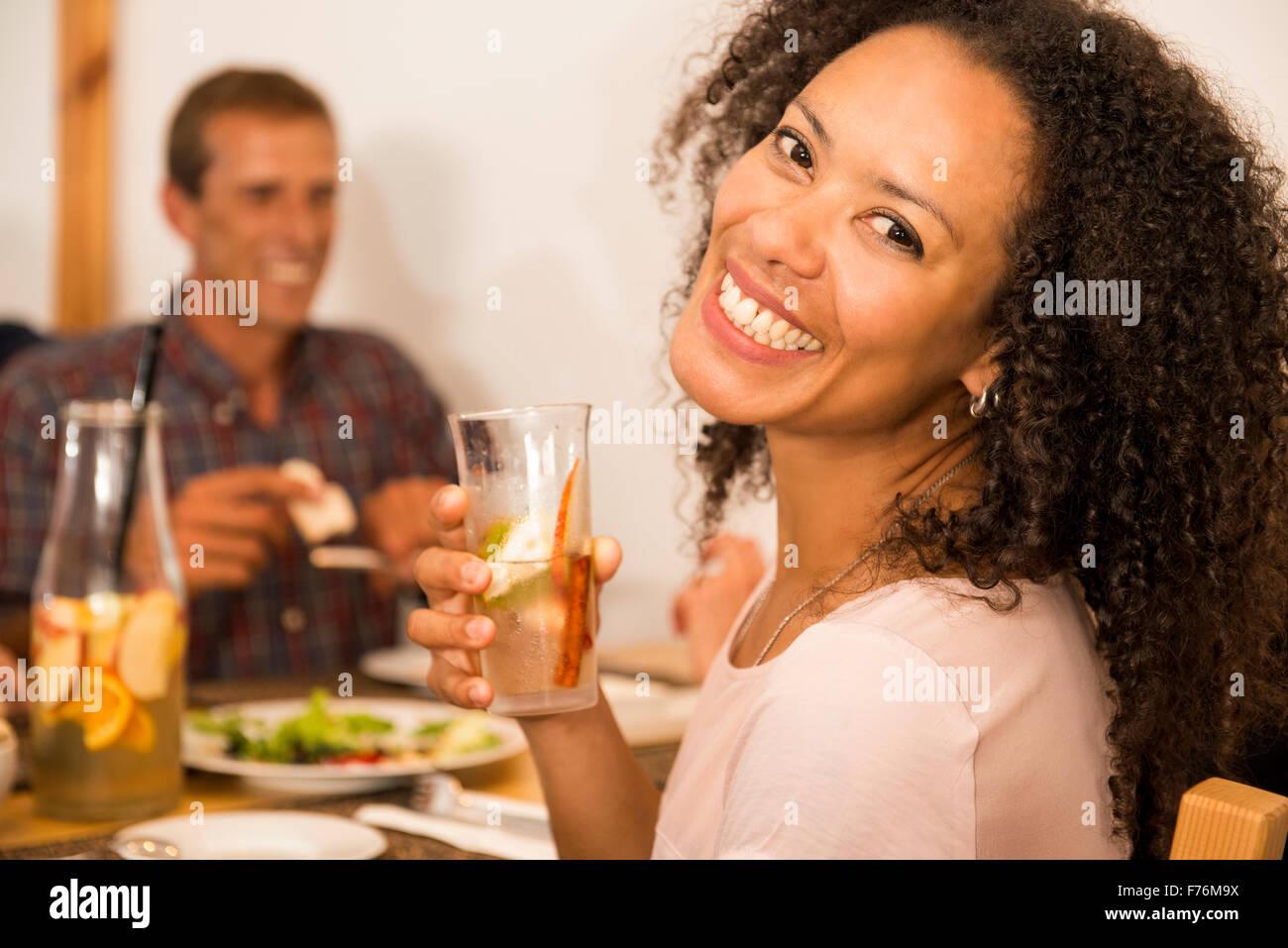 De Droits Photographie femme au restaurant un verre Photo Stock