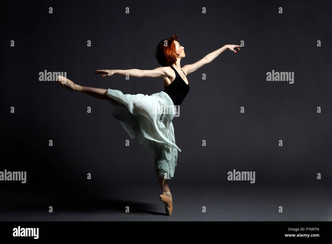Ballerine performing on stage Banque D'Images
