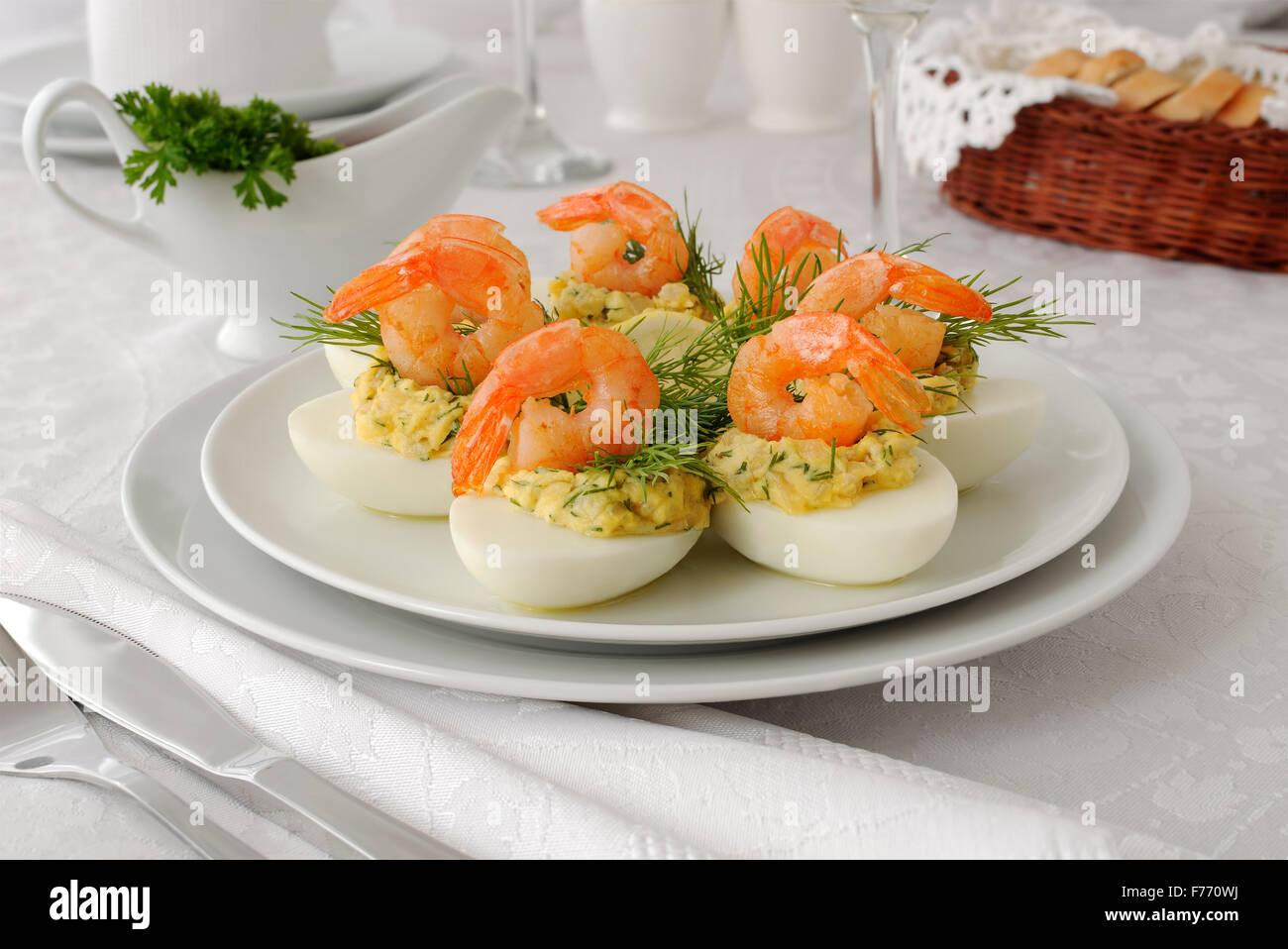Oeufs farcis aux crevettes grillées avec farce épicée Photo Stock